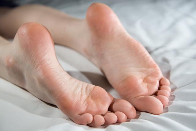 Почему шелушится кожа на ступнях и как с этим бороться?